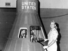 جيري كوب تقف إلى جانب كبسولة سفينة الفضاء (Mercury)، ومع أنها لم تذهب إلى الفضاء إلا أن كوب و24 أخريات خضعن لامتحان لياقةٍ بدنيةٍ مماثلٍ لامتحان رواد (Mercury)، معتقدةً أنها ستصبح رائدة فضاء متدربة.  المصدر: NASA