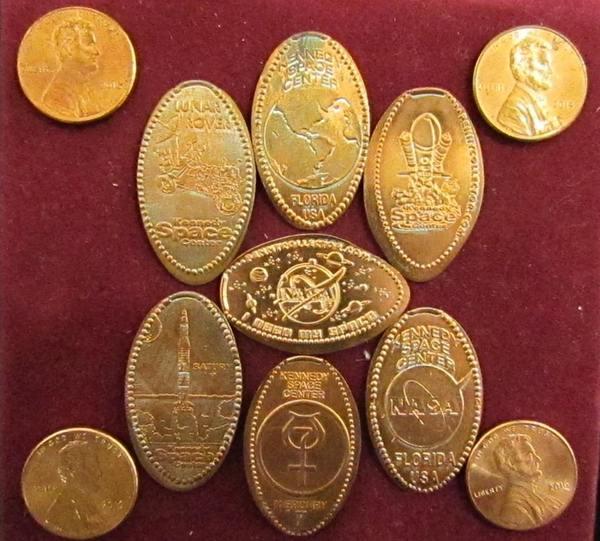 قطع من معدن الزنك والنحاس التي كانت قبلًا نقودًا من فئة السنت الواحد تظهر عليها النقوش الجديدة