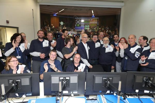 صورة لأعضاء فريق سبيسيل وشركة صناعات الفضاء الإسرائيلية أثناء احتفالهم بنجاح مركبة بيريشيت بالدخول في مدارٍ حول القمر في 4 أبريل/نيسان 2019.  حقوق الصورة: سبيسيل