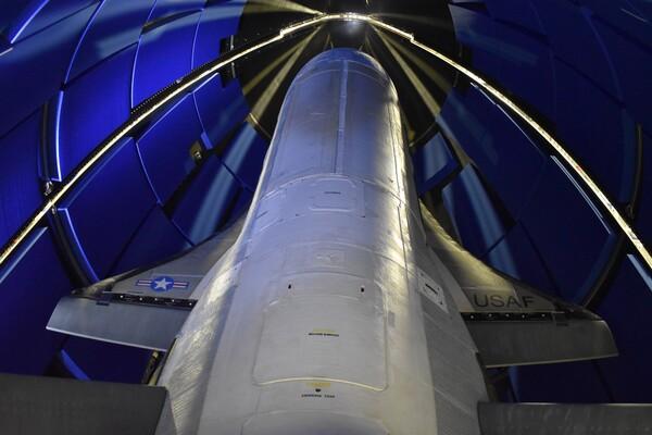 """تظهر مقدمة طائرة الفضاء X-37B، وهي مازالت عالقة داخل أغطية الحمولة في مقدمة صاروخ """"أطلس في"""" خلال الإطلاق الذي تم في 17 أيار/مايو 2020. (حقوق الصورة: U.S. Air Force)"""