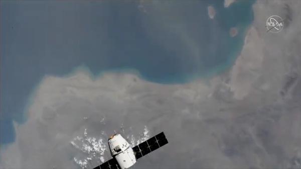 ألتقطت هذه الصورة من على متن محطة الفضاء الدولية أثناء تحليق مركبة الشحن دراغون CRS-18 التابعة لسبيس إكس فوق خطٍ لساحلي للأرض، وذلك خلال عملية الإلتقاء بين المركبين في 27 يوليو/تموز، 2019. حقوق الصورة: NASA