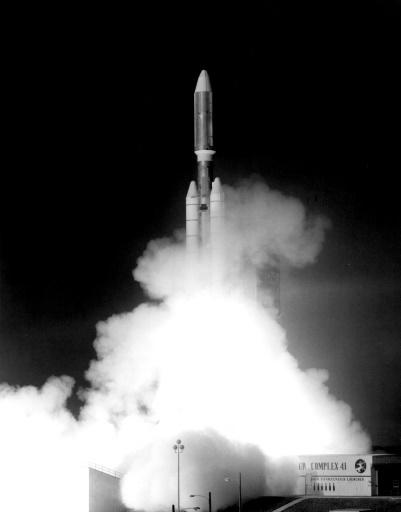 تُظهِر هذه الصورة الملتقطة يدوياً في 5 أيلول/سبتمبر عام 1977 إطلاق مركبة الفضاء فوياجر 1 من مركز كينيدي الفضائي التابع لناسا في قاعدة كيب كانافيرال بولاية فلوريدا.