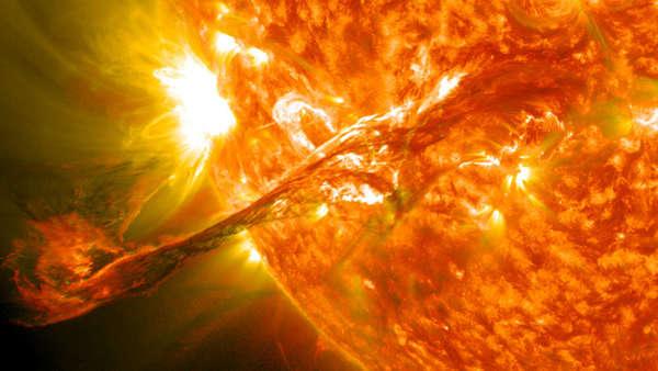 تدفقات كتلية إكليلية وقوية تظهر خارجةً من الشمس في 31 أغسطس/آب 2012، ناسا NASA.