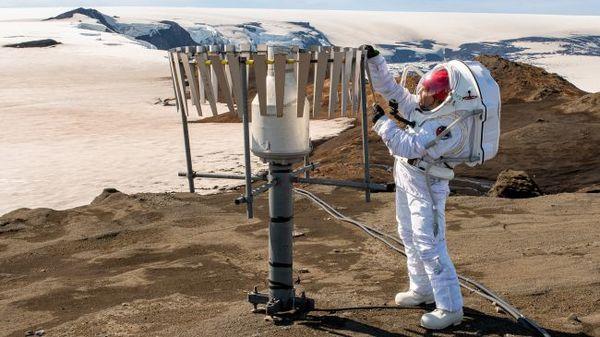 يقوم أحد أعضاء الفريق في آيسلندا مرتدياً بدلة الفضاء التناظرية MS1 Mars باختبار البدلة أثناء استكمال أنشطة تناظرية قد تُنفَّذها يومًا على المريخ. (حقوق الصورة: Dave Hodge/Unexplored Media)