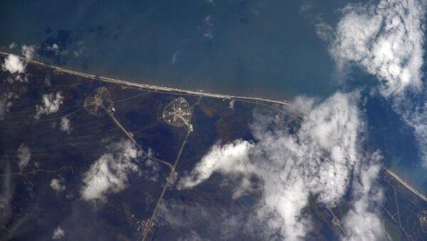 التقط رائد الفضاء الروسي إيفان فاجنر هذه الصورة لمركز الإطلاق في كاب كانافيرال، في ولاية فلوريدا من محطة الفضاء الدولية قبيل دقيقتين تقريباً من إطلاق سبيس إكس للمهمة التجريبية ديمو-2 من هناك في 30 أيار/مايو 2020.