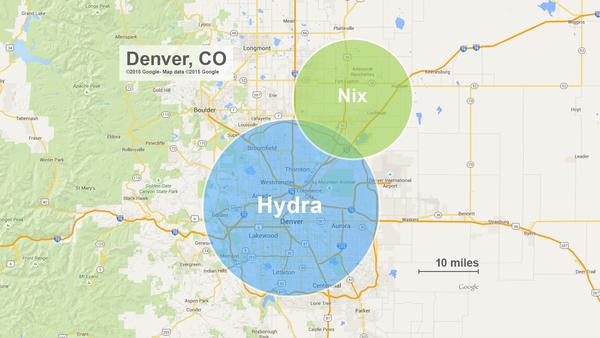 الحجمان التقريبيان لقمري بلوتو: نيكس وهيدرا مُقارنةً بمدينة دنفر، كولورادو. وعلى الرغم من أنهما يظهران في الرسم البياني كدائرتين، إلا أن الباحثين العاملين على المهمة يتوقعون بأن المُشاهدات المُستقبلية التي ستقوم بها نيو هورايزنز ستُظهر أن شكل كل من نيكس وهيدرا غير مُنتظم.   Credits: JHUAPL/Google