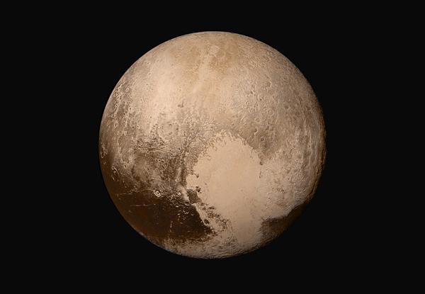المعلومات المجمعة بواسطة نيوهورايزنز حول البيئة الفضائية تقريباً بشكلٍ مستمر، منذ بداية 2012 من خلال عمليات تحليقها حول بلوتو، معروضةً هنا في صورةٍ فسيفسائيةٍ من سفينة الفضاء، في 14 تموز 2015، مسلطةً ضوءاً جديداً على الفضاء في جزءٍ غير مكتشفٍ نسبياً من النظام الشمسي. مصدر الصورة: NASA/JHUAPL/SWRL