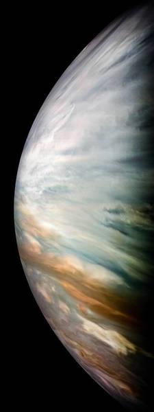 """سحب بيضاء كثيفة لمنطقة المشترى الإستوائية في صورة تم إلتقاطها بكاميرا المسبار جونو. تكون هذه السحب شفافة في ترددات الموجات الصُغْرِيّة مما يُمكن مقياس الموجات الدقيقة الإشعاعي التابع لچونو """"Juno's Microwave Radiometer"""" لقياس عمق الماء في غلاف المشترى الجوي. تم الحصول على هذه الصورة عند إقتراب المسبار في 16 ديسمبر/كانون الأول 2017 NASA/JPL-Caltech/SwRI/MSSS/Kevin M. Gill"""