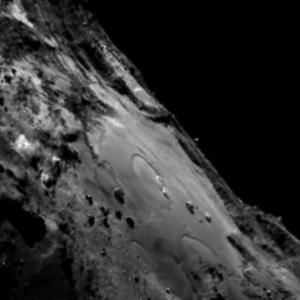 صورة منطقة إمحوتب على سطح المذنب 67P/C-G بتاريخ 23 يونيو/حزيران 2015.  المصدر: ESA/Rosetta/MPS for OSIRIS Team MPS/UPD/LAM/IAA/SSO/INTA/UPM/DASP/IDA