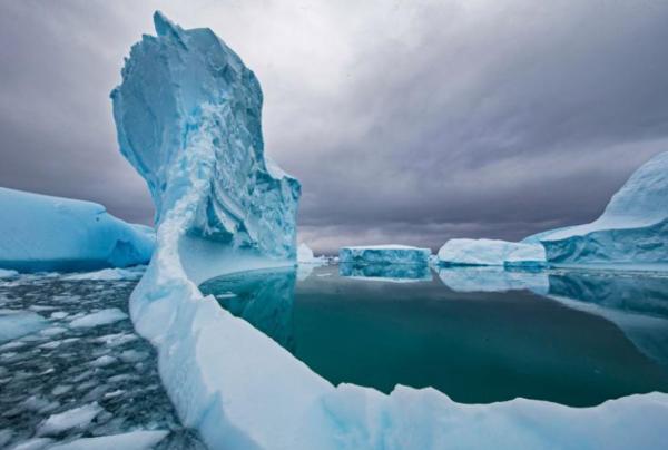 جبل جليدي يذوب في المياه قبالة القارة القطبية الجنوبية. أدى تغير المناخ إلى تسريع معدلات فقدان الجليد في جميع أنحاء القارة. حقوق الصورة: Photograph By Paul Nicklen, Nat Geo Image Collection