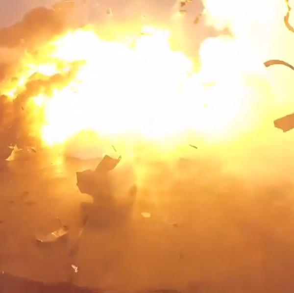 في هذه الصورة المقتطعة من الفيديو، انفجار الصاروخ فالكون 9 على المنصة العائمة خلال محاولة الهبوط في المحيط في 17 يناير/كانون الثاني بعد نجاح إطلاق القمر الصناعي. ملكية الصورة: إيلون ماسك من حسابه على إنستغرام.
