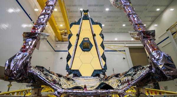 تطوى عدة أجزاء من المرآة إلى الخلف ليكون تموضعها مناسباً ضمن صاروخ أريان5 Ariane5.