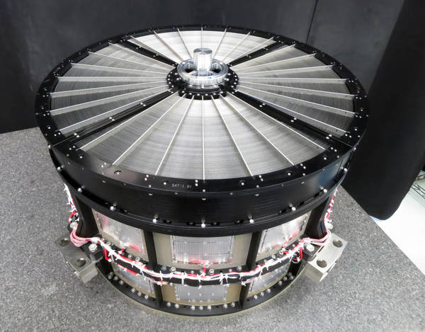 قام فريق غودارد بإمداد تلسكوبات الأشعة السينية اللينة الموجودة على متن ASTRO-H بمرايا متطابقة. قطر كل واحدة 17.7 بوصة (45 سم) تقريباً وتحتوي على 1,624 شريحة مرآة من الألمنيوم مصطفة ومرتبة في 203 غلاف متحد المركز. Credits: NASA's Goddard Space Flight Center