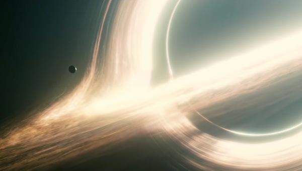 الثقب الأسود هو الشكل النهائي لانهيار نجم فائق الكتلة، يتشوه الضوء (والزمكان بحد ذاته) حول أفق حدث الثقب الأسود بسبب التأثيرات الثقالية الهائلة، إنه دقيق بقدر ما استطعنا رؤيته لثقب أسود فعلي ولدناه عن طريق شيفرة طبقت النسبية العامة بدقة.  ملكية الصورة وحقوق النشر: Paramount Pictures/Warner Bros. من فيلم إنتر ستيلر، استخدم النموذج الرياضي لخلق الصورة التي طورها الدكتور كيب ثورن.