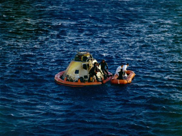 هبوط أبولو 10 في المحيط الهادئ. حقوق الصورة: NASA
