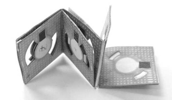 فن الأوريغامي، وهو فن ياباني لطيّ الورق، كان مصدرَ إلهام لتصميم بطاريات تعمل بطاقة البكتريا. حقوق الصورة: Binghamton University/Seokheun Choi.