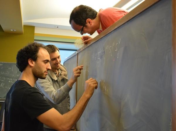 (من اليسار إلى اليمين) الباحثون في أبحاث ما بعد الدكتوراه في OIST، كريم الصافي، وأوين بينتون و لودو جوبيرت.