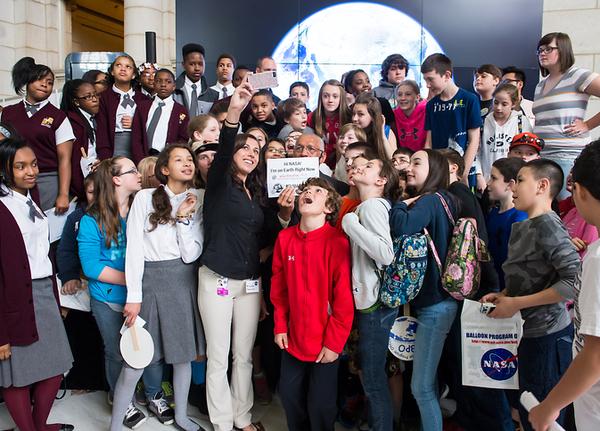 سيلفي لمدير ناسا تشارلز بولدون مع الطلاب الذين حضروا يوم الأرض يرعاية ناسا