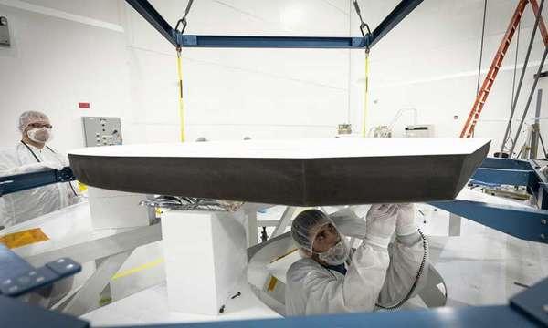 صورة تبين الدرع الحراري ومكوناته والطلاء السيراميكي الأبيض لأحد جوانب الدرع الذي سيواجه الشمس. حقوق الصورة: NASA/Johns Hopkins APL/Ed Whitman