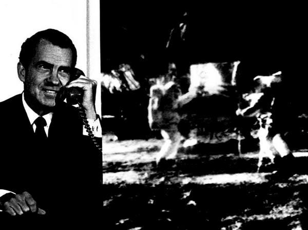 """صورة مركبة للرئيس ريتشارد نيكسون عند اتصاله هاتفيا بـ """"قاعدة الهدوء Tranquility Base"""" برواد الفضاء نيل أرمسترونغ وإدوين باز ألدرين بعد هبوطهما التاريخي لأبولو 11 على القمر في 20 تموز/يوليو 1969. الحقوق: NASA"""