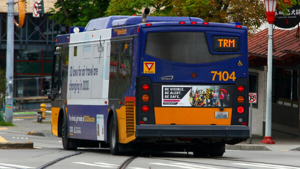 عدد كبير من حافلات RapidRide الكهربائية في سياتل، وهي تتميز بتكنولوجيا الألياف الضوئية التي تعمل على طول الطريق بالكامل بحيث تتمتع الحافلة بتغطية لاسلكية مستمرة. حقوق الصورة: Charles Cortes/Seattle Department of Transportation