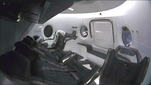 صورةٌ من داخل كبسولة دراغون المخصصة للطاقم تظهر فيها دمية ريبلي مرتديةً بذلة الفضاء الخاصة بشركة سبيس أكس.  حقوق الصورة: SpaceX via AP