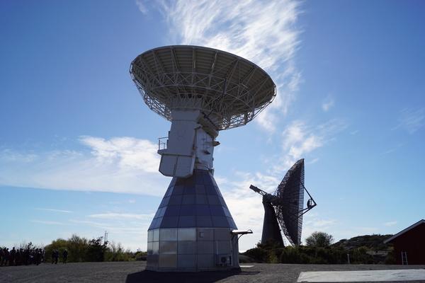 أحد التوأمين يظهر خلفه تلسكوب الـ 25 مترًا.