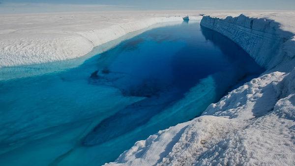 حفرت المياه الذائبة ثقوباً عميقة تسمى بالطواحين moulins∗، مستكملة رحلتها إلى البحر تحت الجليد. ويعتقد أن التدفقات تحت السطح تؤثر على كيفية تسرب الجليد باتجاه البحر. المصدر: آدام لي ونتر. سلاح الهندسة في الجيش الأمريكي. مركز البحوث والتطوير الهندسي معمل هندسة وأبحاث المناطق الباردة (CRREL)
