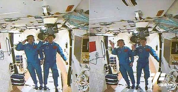 رائدا الفضاء جينغ هايبنغ وتشين دونغ، طاقم بعثة شينزو-11 الصينية يحييان ويلوحان بأيديهما من داخل مختبر بلادهما تيانغونغ-2 الفضائي بعد وصولهما إلى المحطة الفضائية المصغرة يوم 18 تشرين الأول/أكتوبر لعام 2016، وسيحلق الرائدان في مهمة إلى المختبر الفضائي الصيني لفترة تمتد إلى 30 يوماً في أطول رحلة فضائية صينية مأهولة حتى الآن. حقوق الصورة: China Manned Space Engineering Program