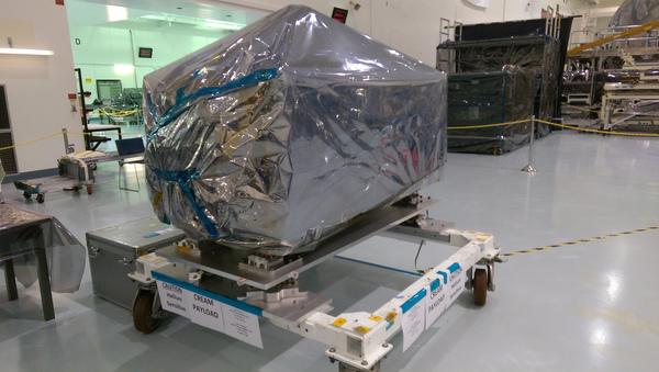 المراجعة: أُرسلت حمولة ISS-CREAM إلى مركز كيندي للفضاء التابع لوكالة ناسا، في آب/ أغسطس 2015. تُظهر الصورة جهاز الكشف مغلفاً بطبقات من البلاستيك لحماية الإلكترونيات الحساسة خلال الشحن. مصدر الصورة: المختبر الفيزيائي للأشعة الكونية في جامعة ميريلاند.