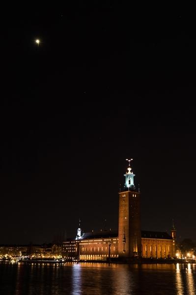 نرى في الصورة النجم الصناعي يتألق في سماء ستوكهولم، حيث يتكون هذا النجم من بالون هيليوم، وغلاف من الألمنيوم، بالإضافة إلى كل من بطارية فوسفات-حديد- الليثيوم ومصباح ضوئي بقدرة 30 واط.  المصدر: Anders J. Larsson / Nobel Media. Courtesy of commissioned by Nobel Media. © Olafur Eliasson