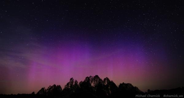 الشفق القطبي في كالهون بارك في فيرجينيا الغربية. المصدر: Michael Charnick