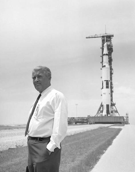 فيرنر فون براون مع صاروخ Saturn V. حقوق الصورة: NASA