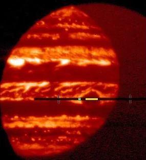 البقعة الداكنة في وسط هذه الصورة للأشعة تحت الحمراء هي البقعة الحمراء العظيمة للمشتري. إنها مظلمة بسبب السحب السميكة التي تحجب الأشعة الحرارية. يشير الشريط الأصفر إلى الجزء من البقعة الحمراء العظيمة المستخدم في تحليل الفيزيائي الفلكي غوردون بيوراكر. حقوق الصورة: Gordon Bjoraker/NASA's Goddard Space Flight Center