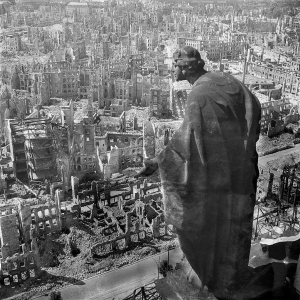 مدينة درسدن في عام 1945 مشهد من قاعة المدينة (Rathaus) يطل على المدينة المدمرة. حقوق الصورة: Wikipedia Commons/ Deutsche Fotothek?