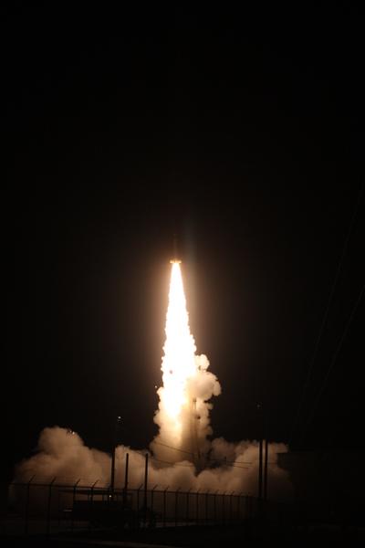 : انطلاق صاروخ السبر DXL من منطقة الرمال البيضاء للصواريخ في نيومكسيكو في 13 ديسمبر/كانون أول 2012، لدراسة مصدر محدد من الأشعة السينية رُصد بالقرب من الأرض. المصدر: White Sands Missile Range, Visual Information Branch