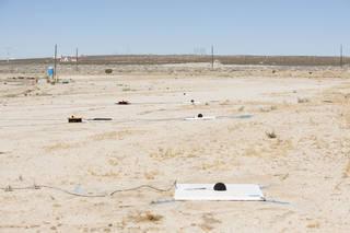واحدة من ثلاث مجموعات من الميكروفونات الموضوعة بأماكن استراتيجية على طول قاعدة إدواردز الجوية في كاليفورنيا، وهي جاهزةٌ لجمع البصمة الصوتية الناتجة عن طائرة F-18 التابعة لناسا خلال سلسلة اختباراتSonic BAT، كما ستوضع مجموعات مشابهة بالقرب من مركز كينيدي الفضائي التابع لناسا لجمع البصمة الصوتية للانفجارات، والتي سافرت عبر الاضطراب الجوي قبل وصولها إلى الأرض. حقوق الصورة: ناسا/لورين هافس NASA/Lauren Hughes.