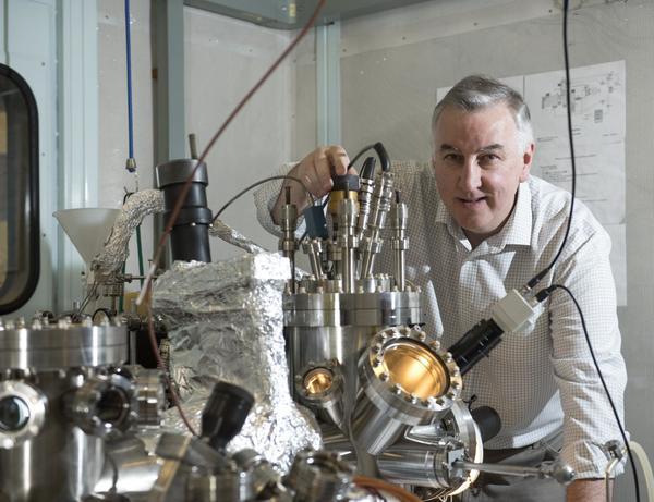 البروفسور ريتشارد بالمر من جامعة بيرمنغهام برفقة مجهر المسح النفقي. حقوق الصورة: Michelle Tennison