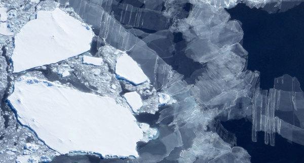 الانهيار الأكبر: تسببت عواصف المحيط الجنوبي عام 2016 برياح شديدة وحارة والتي حطّمت الجليد البحري الهش للقارة القطبية الجنوبية، وعملت على تسريع الذوبان الربيعي المُعتاد. حقوق الصورة: NASA ICE/Flickr (CC BY 2.0)