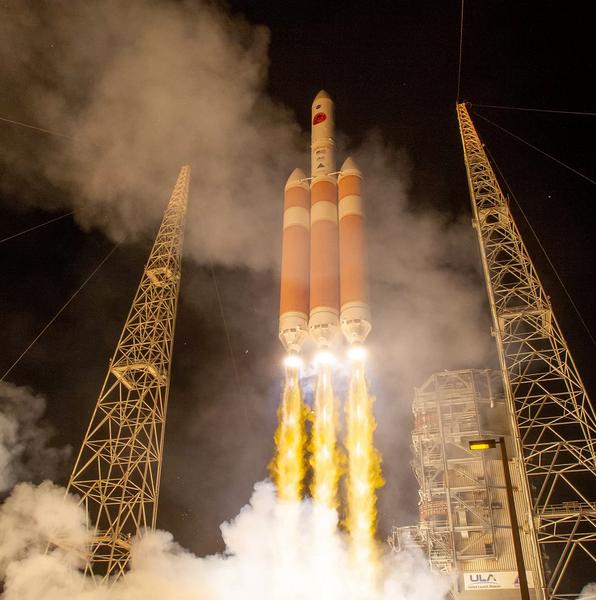 صورة إطلاق صاروخ من طراز دلتا 4 الثقيل التابع لشركة United Launch Allianceأثناء اطلاقه لمسبار باركر الشمسي التابع لناسا في 12 أغسطس/آب 2018، من مجمع الإطلاق 37 في محطة كيب كانافيرال للقوات الجوية في فلوريدا. حقوق الصورة: Bill Ingalls/NASA