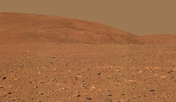 إظهار بألوان مقاربة للجزء الوسطي لتلال كولومبيا (Columbia Hills) ملتقطة بواسطة الكاميرا البانورامية لمسبار سبيريت الاستكشافي لكوكب المريخ التابع لناسا.