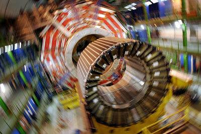 قلب المغناطيس الكهربائي لمصادم الهادرونات الكبير . ∗∗حقوق الصورة : Fabrice Coffini/AFP/Getty Images