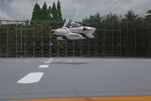 تم التقاط هذه الصورة في بداية شهر أغسطس / آب 2020 ، تُظهر رحلة تجريبية لسيارة طائرة مأهولة في ميدان اختبار تويوتا في مدينة تويوتا وسط اليابان. قامت شركة SkyDrive اليابانية، من بين عدد لا يحصى من مشاريع السيارات الطائرة حول العالم ، بتنفيذ رحلة تجريبية ناجحة وإن كانت متواضعة على متنها شخص واحد. حقوق الصورة: ©SkyDrive/CARTIVATOR 2020 via AP