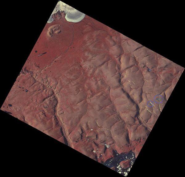 صورة التقطها القمر الصناعي التابع لوكالة ناسا في آب/أغسطس 2015 تُظهر موقع القمتَين الجليديتَين لخليج سانت باتريك (محاطَين بدائرتين باللون الأزرق). وفي تموز/يوليو 2020، أظهرت الصور الملتقطة اختفاء هذه القمم الجليدية. (حقوق الصورة: © Bruce Raup, NSIDC).