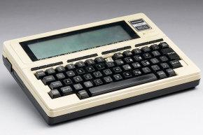 """هذا هو الطراز TRS-80 100، وهو امتداد لـ TRS-80 الأصلي مع شاشة (LCD) مدمجة. هل يوجد تشابه بينه وبين الحاسوب اللوحي """"التابلت""""؟حقوق الصورة: SSPL VIA GETTY IMAGES"""