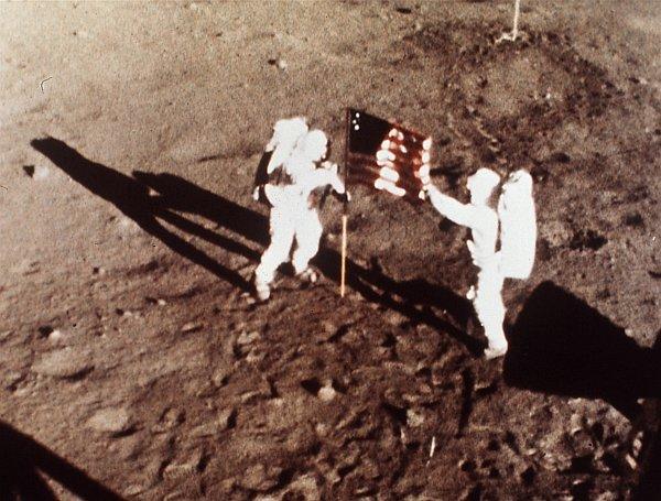 بعد حوالي عشرين دقيقة من خطوة آرمسترونغ الأولى على سطح القمر، ينضم إليه آلدرين ليصبح بذلك الإنسان الثاني الذي تطأ قدمه أرض القمر. حقوق الصورة: NASA