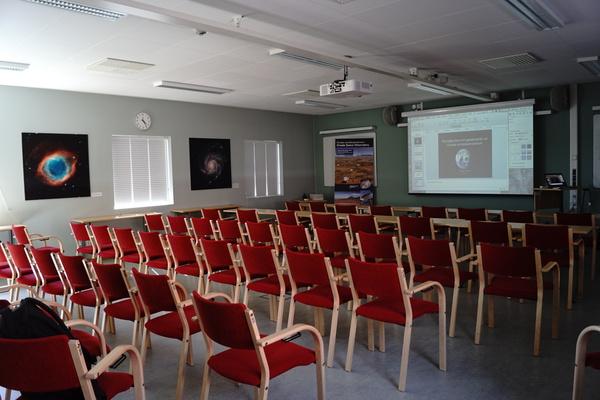 صور لقاعة محاضرات الزوّار.