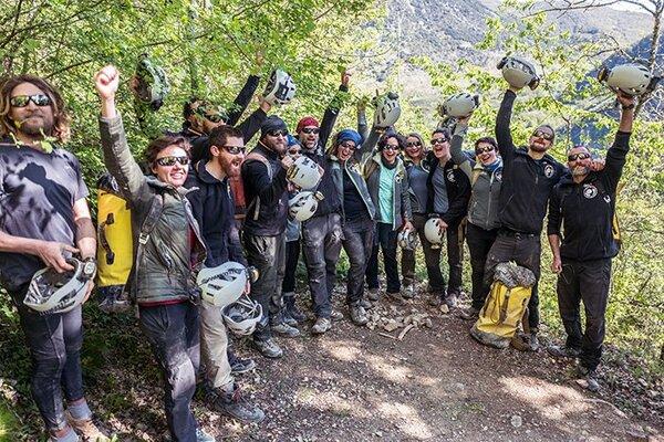المتطوعون يحتفلون بعد مغادرتهم كهف لومبريفز. حقوق الصورة: Fred Scheiber/AFP via Getty Images