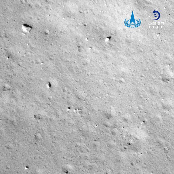 التقطت مركبة تشانغ آه 5 الصينية هذه الصورة لسطح القمر أثناء اقترابها من موقع الهبوط في منطقة محيط العواصف قبل أن تهبط بنجاح في 1 ديسمبر 2020. حقوق الصورة: China National Space Administration/CLEP