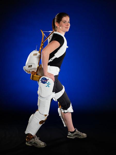 مهندسة مشروع ناسا شيلي راي (Shelley Rea) تستعرض الهيكل الخارجي الروبوتي X1، والذي يمكن أن يحسّن حركة وقوة رواد الفضاء والمصابين بشلل نصفي.